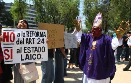 Sectores de la sociedad civil enfrentan abiertamente a la jerarquía católica