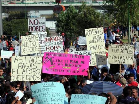Dos mil trabajadores municipales frente al palacio de gobierno de Naucalpan, demandando el pago de sus prestaciones.