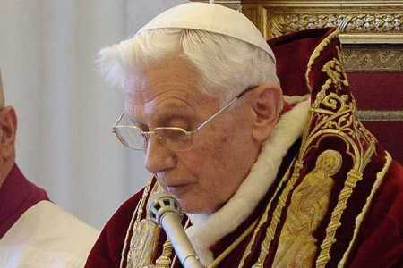 Bnedicto XVI leyendo su renuncia en latín, muchos cardenales no entendían que pasaba...