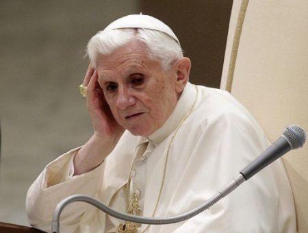 """Benedicto XVI solo  y rodeado de """"lobos"""", según el Obsservatore Romano"""