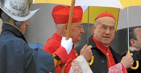 Bertone y el cardenal Angelo Sodado las cabezas de una lucha intensa por el poder