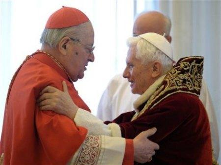 Benedicto XVI con Angelo Sodano, uno de los cardenales al que se ha enfrentado en esta crisis