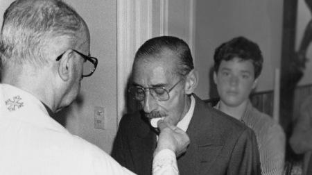Estrujante imagen muestra al actual Papa Francisco dando la comunión al dictador golpista Jorge Rafael Videla