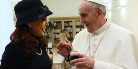 La presidente Cristina Fernández y el Papa Francisco. En Argentina enemigos en Roma sonrientes