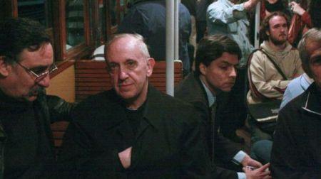 Contruyendo la imagen: Bergolio viajando en transporte colectivo