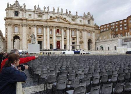 Plaza de San Pedro. Preparativos para la ceremonia religiosa de inicio de pontificado o de entronización.