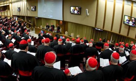 Cardenales reunidos en Congregación general en Aula Nueva del Sínodo del Vaticano