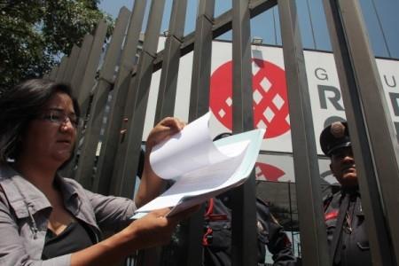Gabriela Juárez del Observatorio Eclesial presenta la carta de protesta con 600 firmas