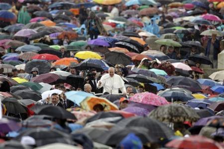 Francisco en medio de la fabela brasileña en un día lluvioso