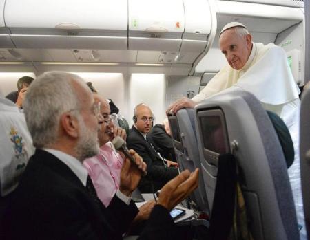 Importante conferencia de prensa que el Papa Francisco concedió durante el vuelo de retorno a Roma