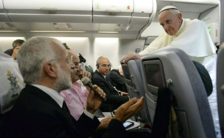 """""""¿Quién soy yo para criticarlos?"""". Esta expresión a bordo del avión causó conmoción y expectativas sobre la relación entre la Iglesia y los homosexuales"""