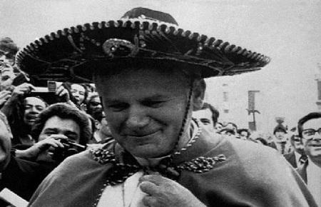 Juan Pablo II, sin duda es el pontífice más cercano a los mexicanos. Visito nuestro país 5 veces y su estilo peregrino fue contagiado por el fervor popular mexicano