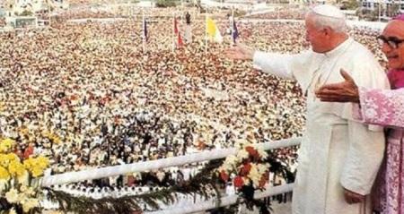 Juan Pablo II como poco manejaba los medios, las masas y la diplomacia directa