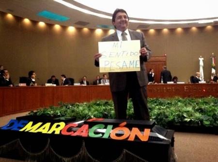 La mayor deuda del IEEM es no haber realizado la redemarcación . Aquí Eduardo Bernal (PRI) mofándose de la protesta de la oosición
