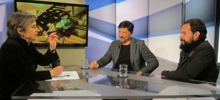 Carmen Aristegui con el actor Carlos Bardem y el director Cristian Díaz