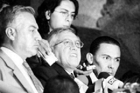 Momento dramático la renuncia de los consejeros.  Isael Montoya Arce,  José Bernardo García Cisneros y el director Jorge Neyra