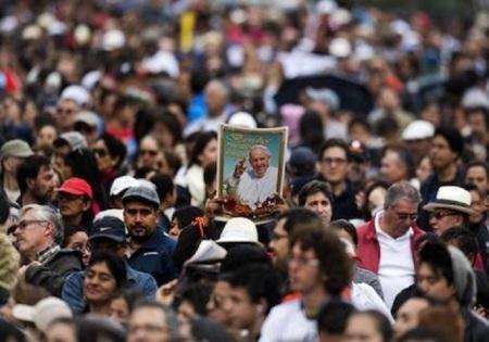 Multitudes acompañan a Francisco en Ecuador