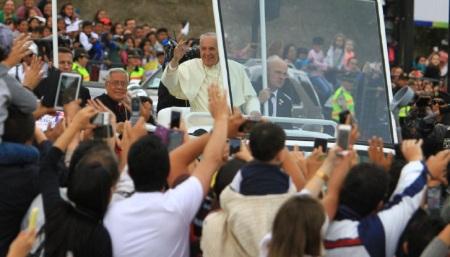 Francisco, baños de multitudes en Sudamérica
