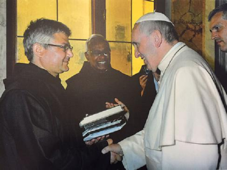 El Papa Francisco recibe las memorias de Camilo Maccise,  mayo 2015