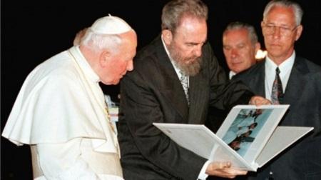 Fidel-obsequia-al-Papa-Juan-Pablo-II-album-de-fotos-de-su-visita-a-Cuba-580x326