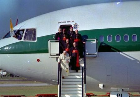 ElPapa Juan Pablo II, a su arribo al aeropuerto internacional José Martí, en  La Habana, Cuba, en enero de 1998. la Cruz/sdl