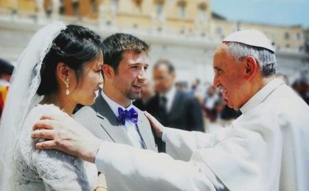 Papa-Francisco-con-novios