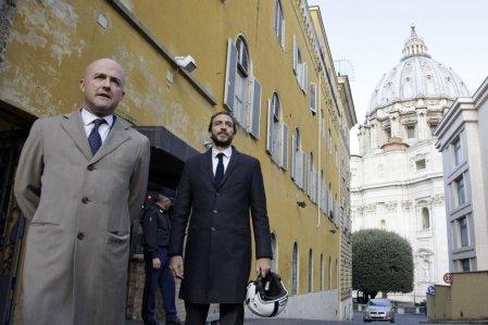 Los periodistas italianos Nuzzi y Fittipaldi publicaron documentos secretos que muestran dispendios y corrupción de la curia romana