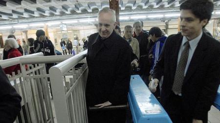 ¿Algún día veremos un cardenal mexicano transportámdose cotdianamente por el metro? Bergglio lo hacía en Bueno Aires